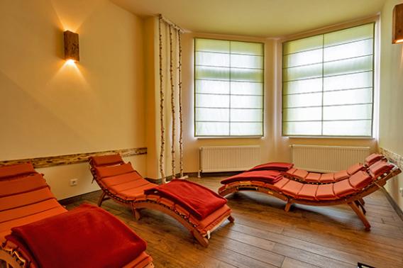Wintercamping Harz - Eingang Sauna mit Ruheraum und Teebar